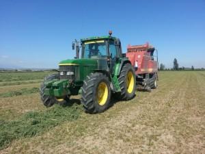 Tractor con alfalfa